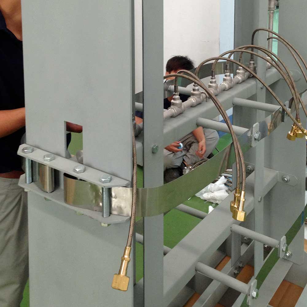 A stand for fixing gas cylinders / Giá đỡ để sửa bom xăng