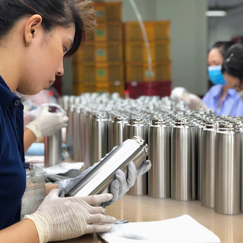 Thermal insulation stainless steel bottle for carrying beverages/Chai thép không gỉ cách nhiệt để đựng đồ uống